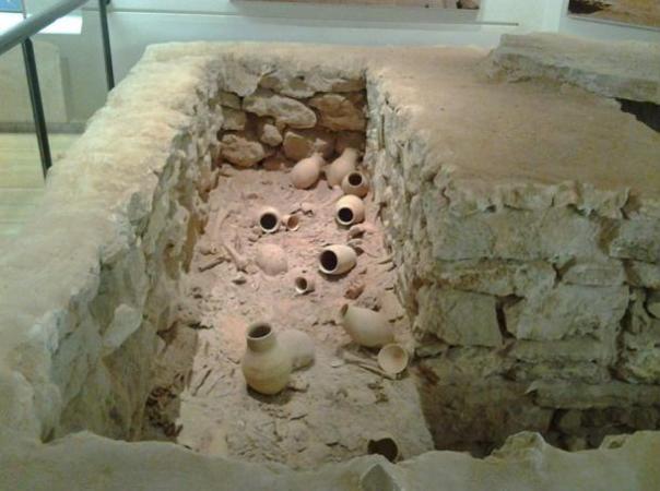 Reconstrucción de una fosa común Dilmun en el Museo Nacional de Bahréin.