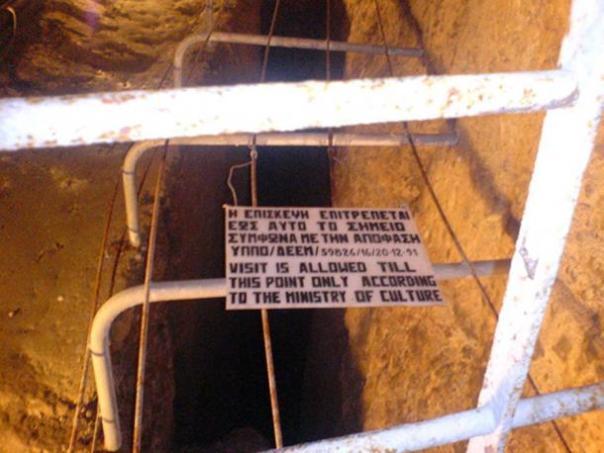 La señal en el extremo de la parte del acueducto Eupalinian que está abierto al público.