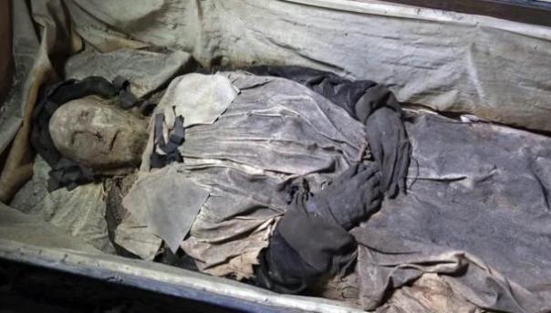 Feto encuentra dentro del ataúd de un obispo del siglo 17 momificado