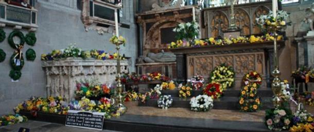 Квіти у церкві Святої Трійці у Стратфорді-на-Ейвоні для щорічної служби Шекспіра.