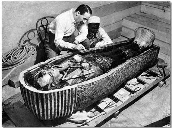 Howard Carter abre el santuario más interior de la tumba del rey Tutankamón, cerca de Luxor, Egipto.