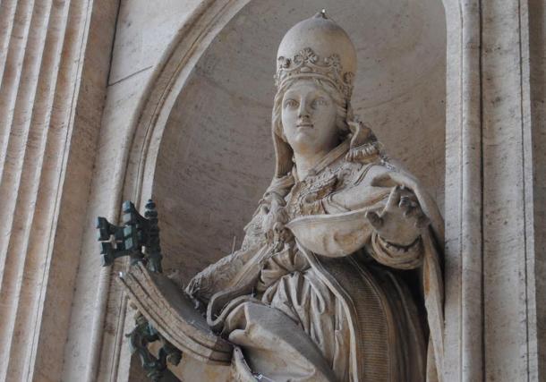 La statua che si trova ancora a Roma è Joanna con una corona papale.