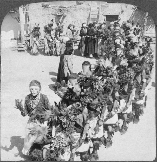 Bailarines de Kachina, Shongopavi pueblo, Arizona, en algún momento antes de 1900