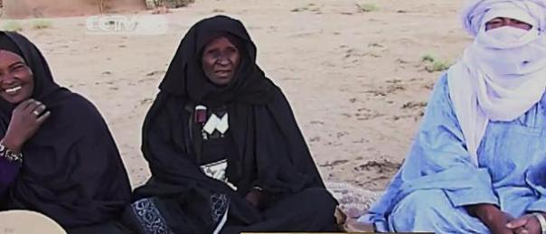 Khoulene Alamine, centro, ha jugado el imzad desde la edad 10. Ella es ahora de 80 años y enseña a otras mujeres y niñas para jugar.