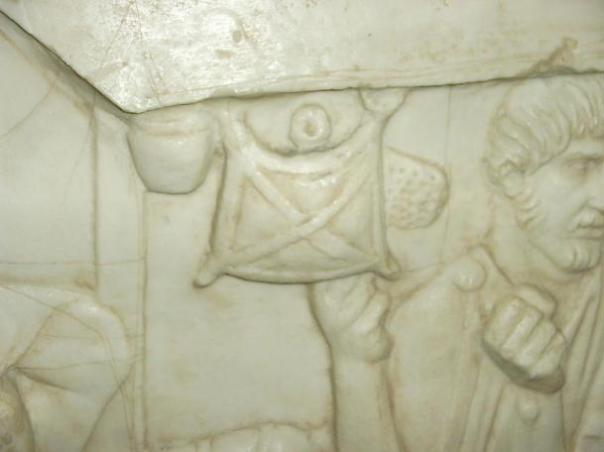 Loculus (mochila) colgado de la copa de un barco. Imagen de una parte del elenco de la Columna Trajans en Maguncia.