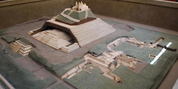 Modelo de la ciudad y gran pirámide de Cholula.  Cholula Museo, Puebla, México.