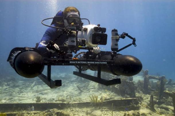 NOAA archeologo fa ricerca subacquea che utilizzano appositamente costruita una slitta montata con una fotocamera ad alta risoluzione.