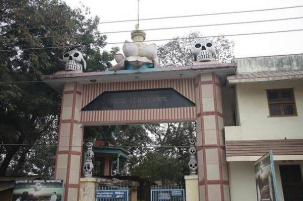 Las puertas de la Baba Keenaram Sthal, Varanasi, India.