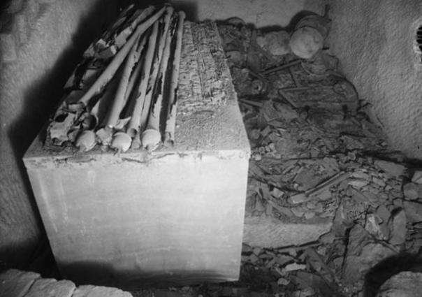 Giza, Tumba G7000X de Hetepheres I, cámara funeraria, mirando hacia el sur.