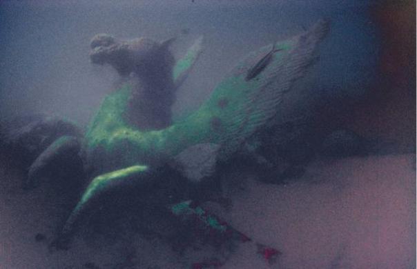 Foto de la escultura antigua sumergida bajo el Mar Rojo.