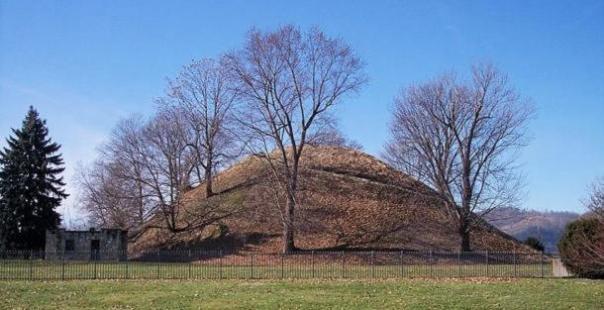 Un montón de entierro de la cultura Adena.  Grave Creek montículo en Moundsville, West Virginia.  imagen representativa solamente.
