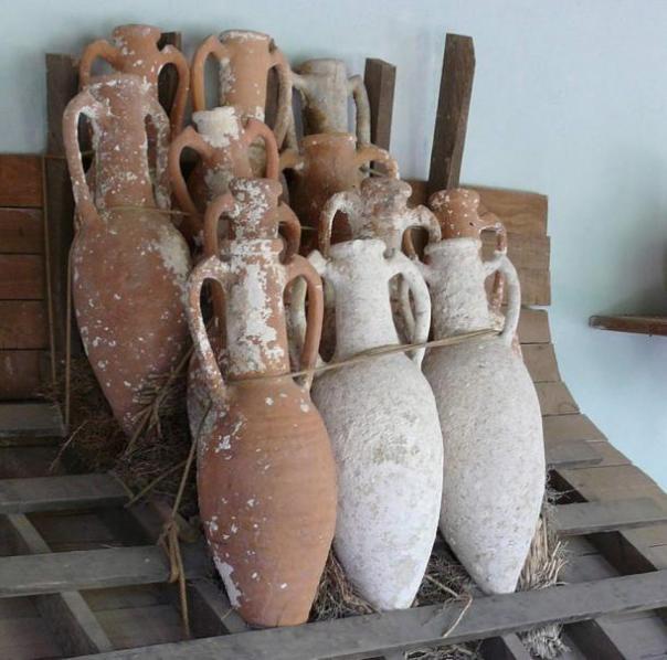 Cómo vasos ánforas de arcilla pueden haber sido apilados en una galera.