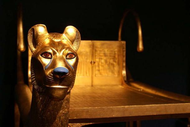 Dettaglio di leoni dorati su un letto rituale trovato nella tomba.