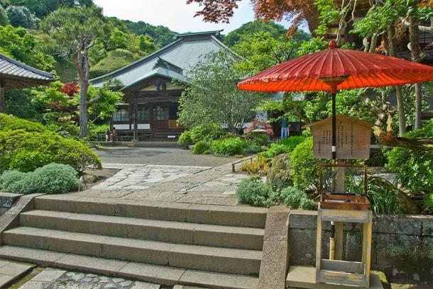 La salle principale du temple Kaizo-ji, Kamakura.  Le hall principal (Tarourashima / domaine public)
