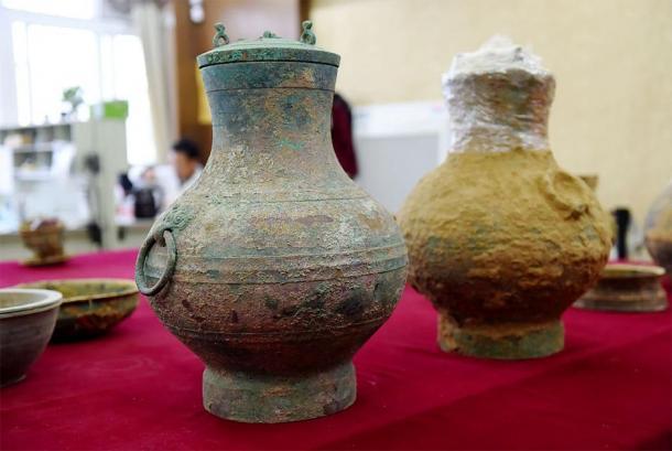 Une paire de pots en bronze, l'un contenant le premier véritable exemple d'un ancien élixir de vie chinois, ont été mis au jour dans une tombe de la dynastie des Han occidentaux à Luoyang, dans la province du Henan.  (VCG)