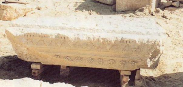 El dintel de la cámara de entierro de la tumba que muestra las rosetas de ocho pétalos, un símbolo de la realeza macedonia.