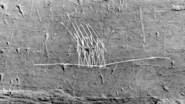 Un petroglifo aborigen local, que se encuentra en la isla del roble, que se cree por J. Hutton Pulitzer para representar legionarios romanos.