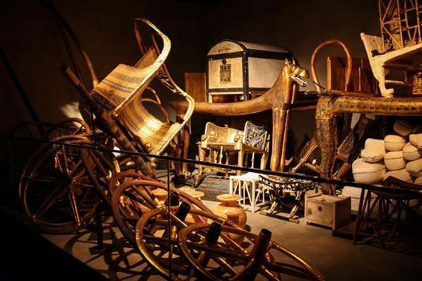 Solo una piccola selezione delle migliaia di tesori trovati frettolosamente accatastati all'interno della camera di sepoltura del re Tut.