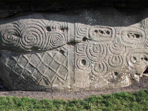 Las tallas espirales triples en una pared en Newgrange