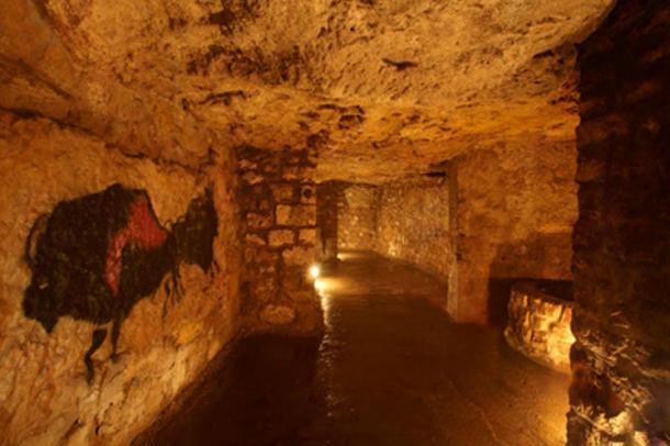 Prehistoric stile arte decora le pareti del labirinto.