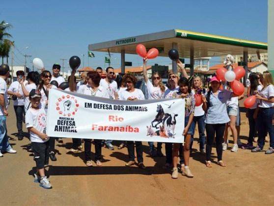 """Moradores aderiram à """"Marcha da Defesa Animal"""" em Rio Paranaíba (Foto: Thamires Sousa/Divulgação)"""
