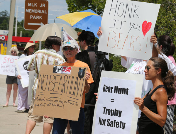 Ativistas fazem protesto. Foto: Credit Bruce Ackerman/Ocala Star-Banner, via Associated Press
