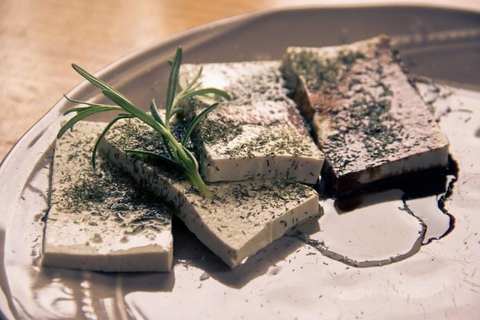 Crescimento do segmento de mercado de comidas veganas, como tofu, deve-se a uma mudança nos padrões de estilo de vida (Foto: Pixabay)