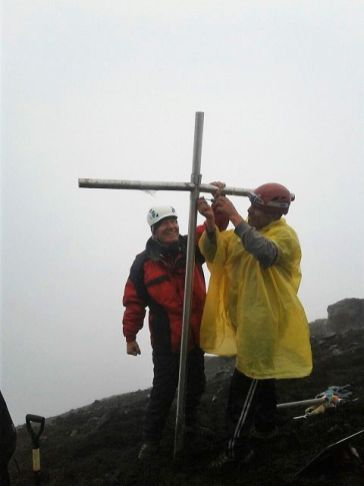 setting up the memorial cross