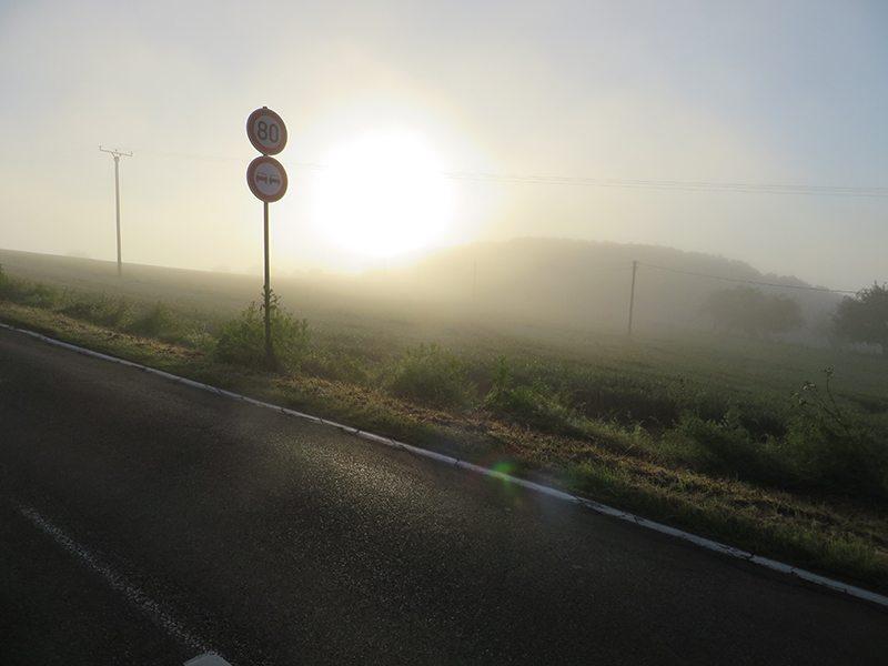 Hier steht ein Bild mit dem Titel: Ganz allmähiich dringt das erste Sonnenlicht durch den Morgendunst (Foto: Hans-Joachim Schneider)