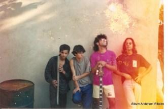 1990 - Músicos da Conexão do lado de fora do estúdio na casa do Betinho (Cláudinho, Anderson, Wander, Cristiano e Beys)