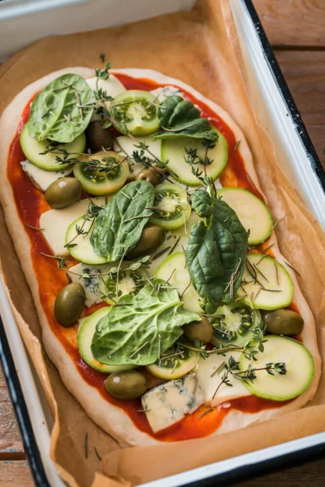 pizza vegetariana cu dovlecei si masline