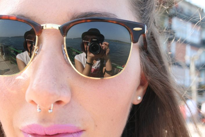 fotografa riflessa negli occhiali da sole