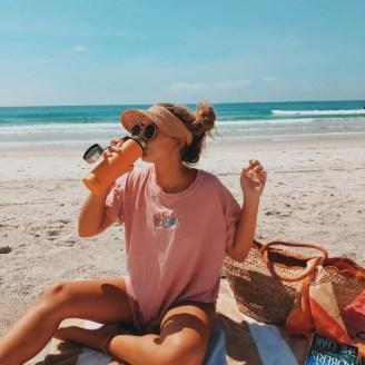 ragazza sulla spiaggia con visiera