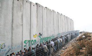 Israele: palestinesi allineati, in attesa del permesso di entrare nella propria terra