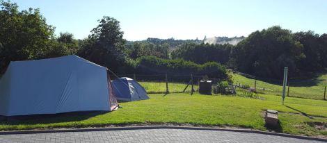 Zwei Zelte stehen schon mal - warten auf die anderen Gäste!