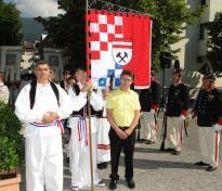 dsc08308 fahnenweihe der kroatischen kulturgemeinschaft haiduk tirol in schwaz. v.li. josip kaslevic. 3v.li. obmann niko maric. fronliehnam 19.6.2014