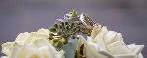 Brautstrauß mit Ringen, Sie mit Diamanten