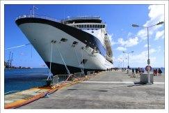 """Celebrity Summit"" в порту на острове Сен-Мартен, Южные Карибы."