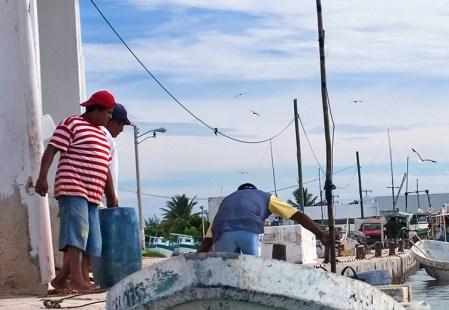 Местные рыбаки на лодочной заправке в Селестуне.