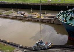 """Через шлюзы Панамского канала корабли тянут специальные поезда - """"мулы""""."""
