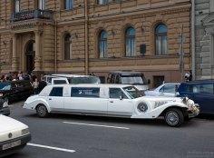 Свадебное авто перед главным ЗАГСом города.