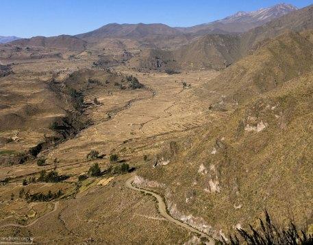 Извилистая дорога через долину Colca.