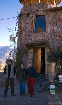 """С управляющим около гостиницы """"Kuntur Wassi""""."""