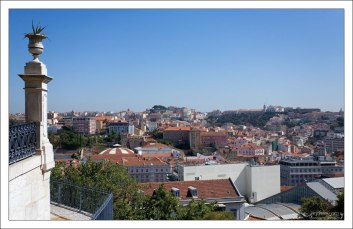 Крыши центра города с высоты смотровой площадки Jardim de São Pedro de Alcântara.