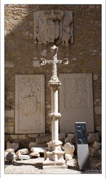 Каменный крест перед входом в археологический музей. Convento do Carmo.