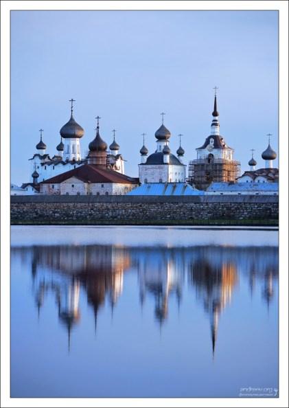 Отражение монастыря в глади Святого озера.