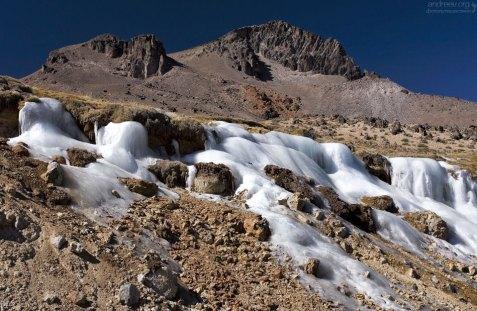 На высоте 4800 метров даже лёд не тает летом.