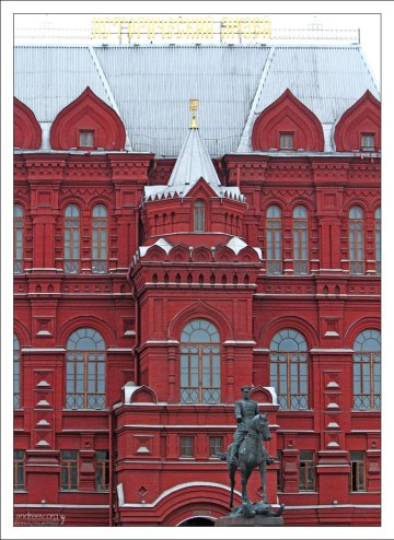 Северный фасад Исторического музея и памятник маршалу Жукову.