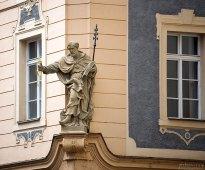 Скульптура святого на фасаде одного из домов. В руке святой держит ключи от врат ада и рая.