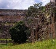 Ворота-кольцо на стадионе - неотъемлемый атрибут при игре в мяч у древних индейцев (Mesoamerican ballgame).